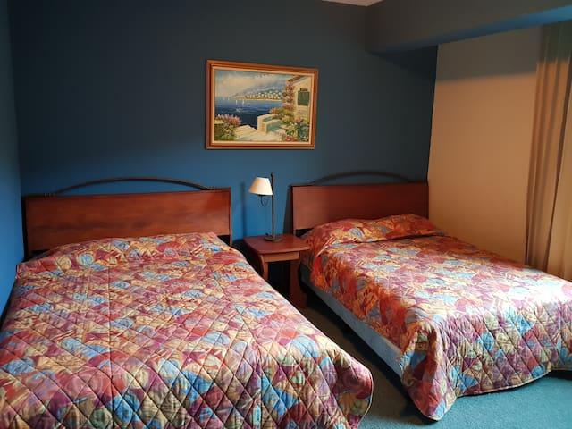 Primer dormitorio amplio 1 cama queen y 1 matrimonial y 1 colchon matrimonial, con vista a la famosa cascada de panajachel
