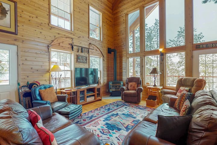 Luxury log cabin w/ wrap-around deck, Ping-Pong & gorgeous views!