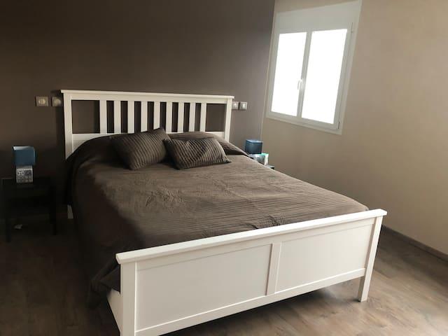 Chambre principale : un lit double (160*200) + un lit enfant (90*170)