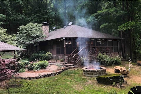 Private Cozy Cottage in the woods with Sauna!