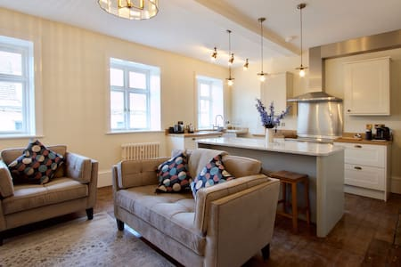 1 Bed Luxury Apartment - Ensuite with Shower