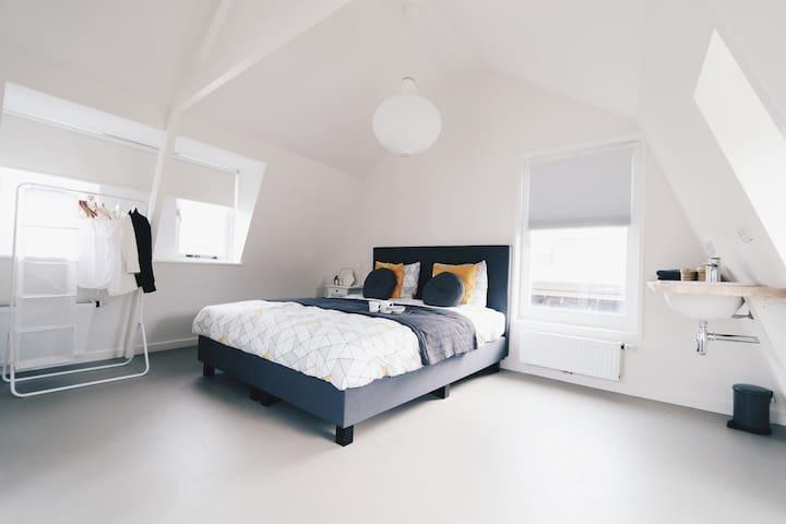 Ruime slaapkamer met 2.10 bed en eigen wastafel