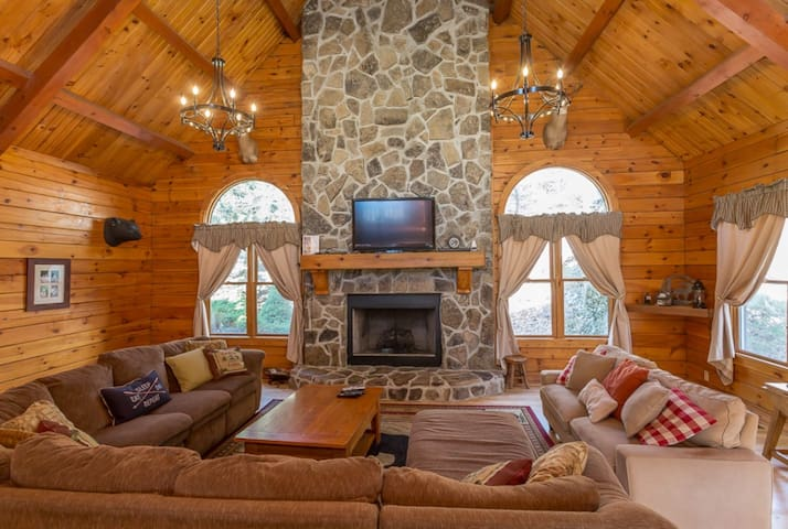 Grand Log Home Updated Kitchen Hot Tub Pool Table
