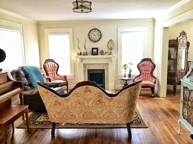 Cozy Inn cottage 3 bedrooms 1 1/2 bath, game rm