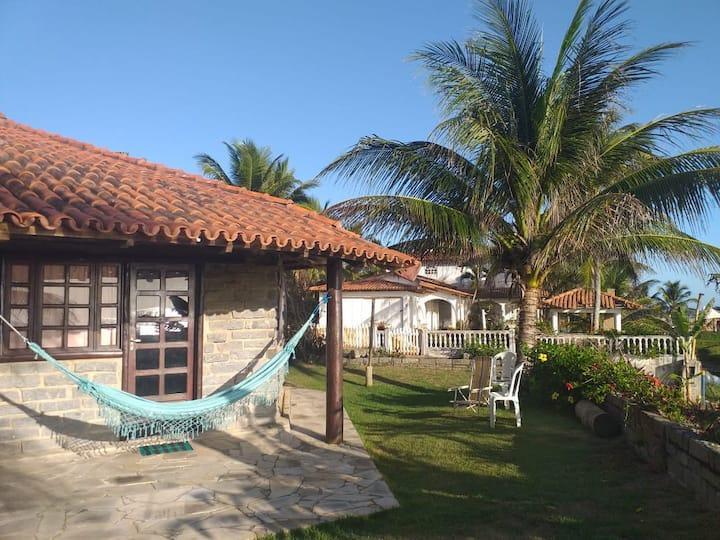 Casa estilo bangalô em frente a praia. Prado-Bahia