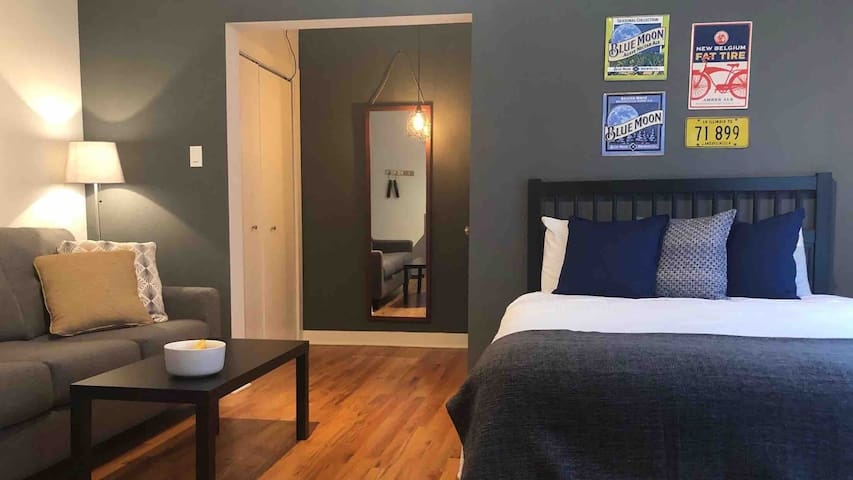 Chic Logan Square Studio w/AC - NO cleaning fee