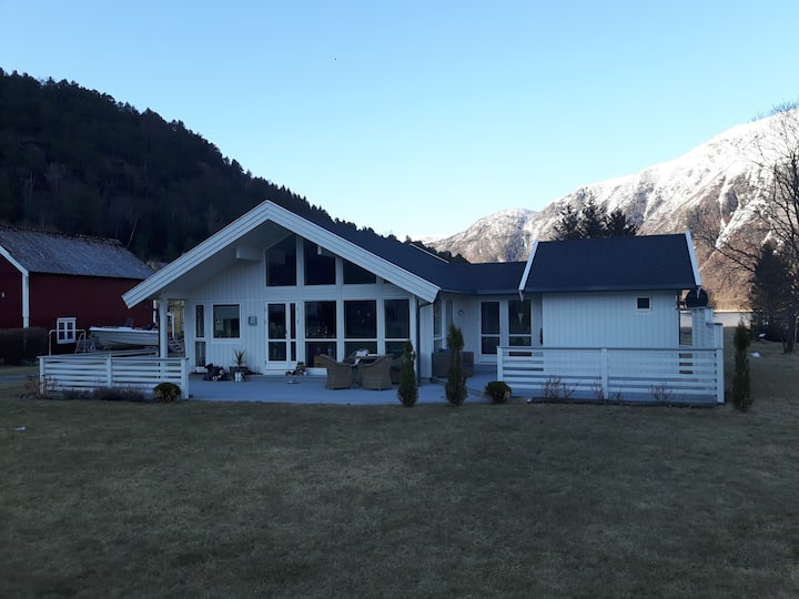 Idyllisk Hytte ved fjorden
