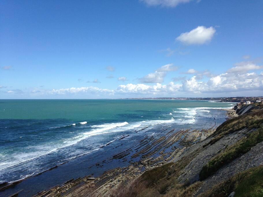 La corniche le long du sentier littoral proche de la maison