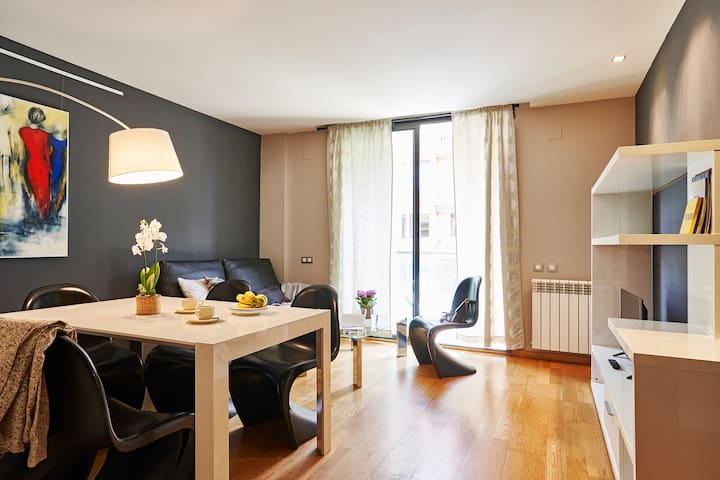 Big 2 bedroom+2bathroom flat in Eixample