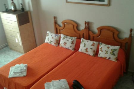 Habitacíon grande con cama doble - Huelva