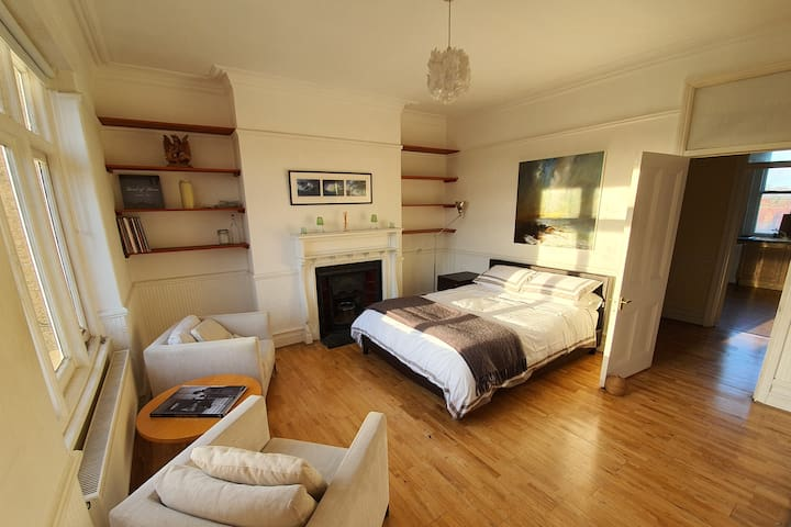 Stunning private room, study and en-suite bathroom
