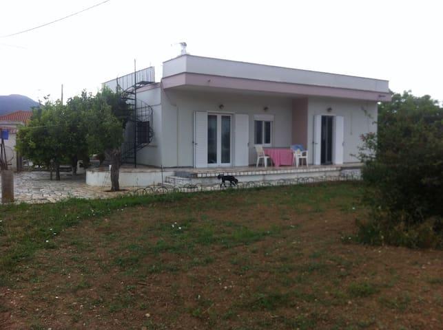 Παραδοσιακό οικογενειακό σπίτι στην εξοχή με κήπο - Dystos - House