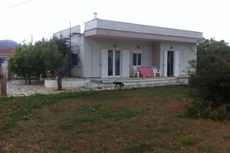 Παραδοσιακό οικογενειακό σπίτι στην εξοχή με κήπο - Dystos - Casa