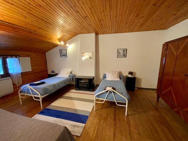 Chambre #2 avec 3 lits simples