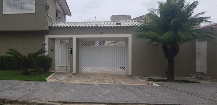 Casa ampla em Cond. Fechado a 50m da praia Enseada