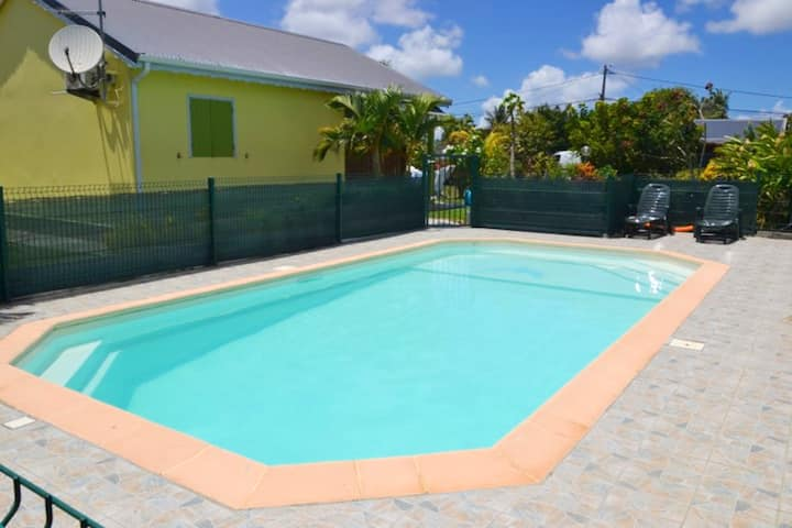 House with 2 bedrooms in Saint-François, with shared pool, enclosed garden and WiFi - 4 km from the beach