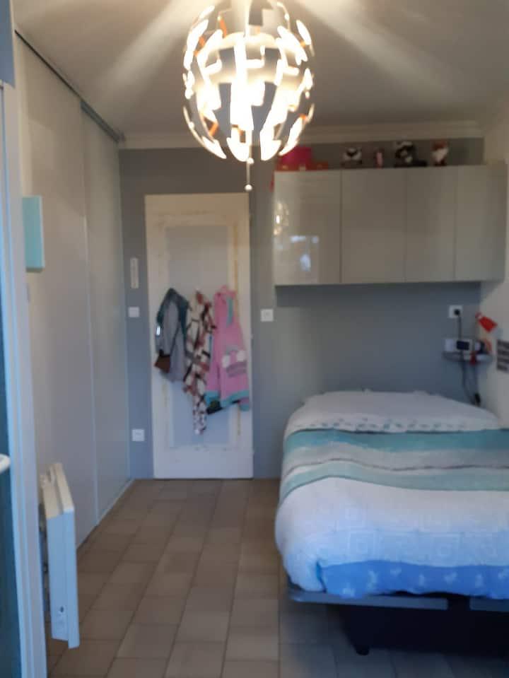 Chambre avec salle de bain privé et entrée privée