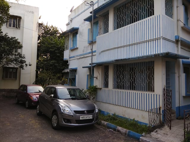 Spacious  studio apartment in South Calcutta