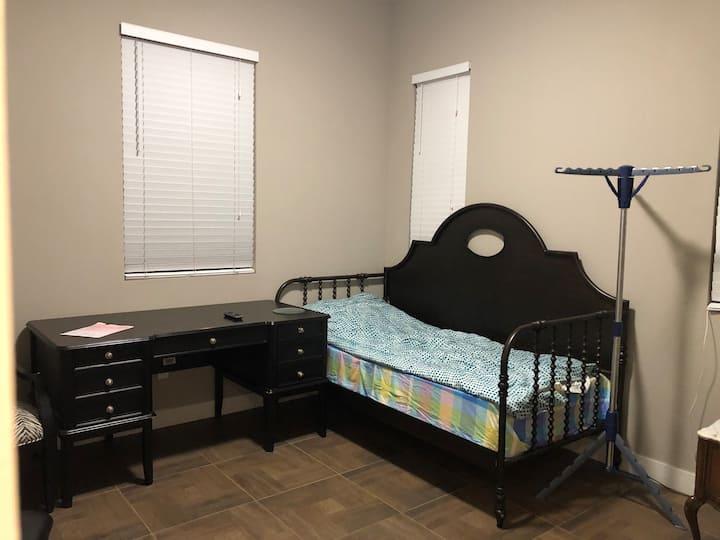 楼下单间(C 室),单人床、明亮、向阳共用卫生间。