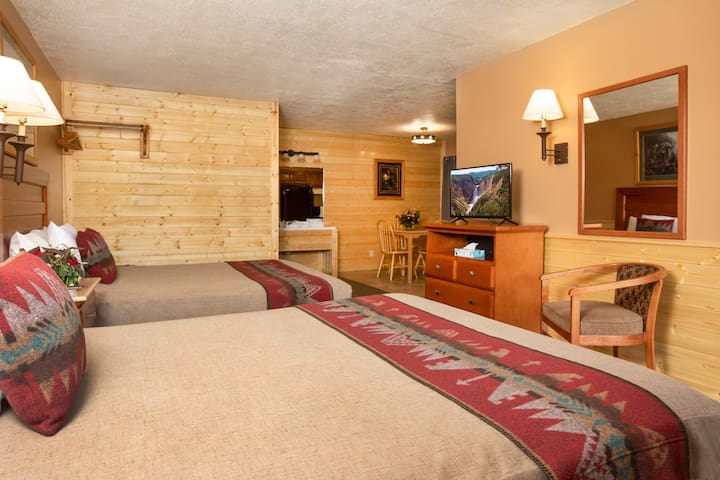Cozy Motel room w/ 2 Queen Beds & Kitchen & Views