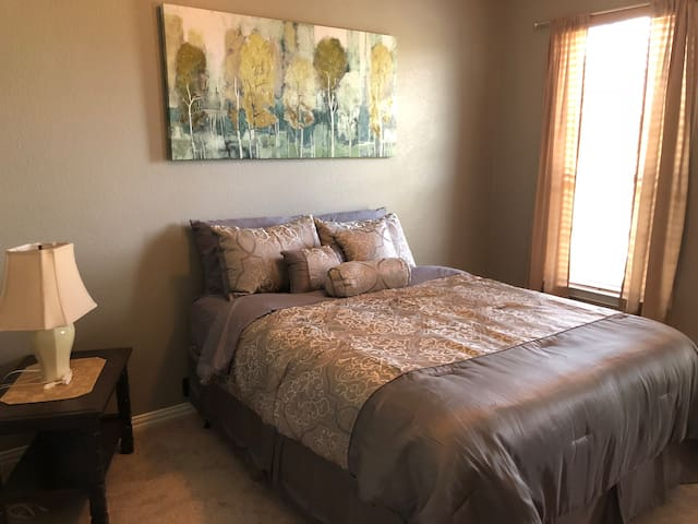 Comfy Queen Bed - Spacious Room Great Neighborhood