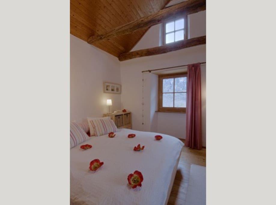 Rotes Zimmer Doppelbett