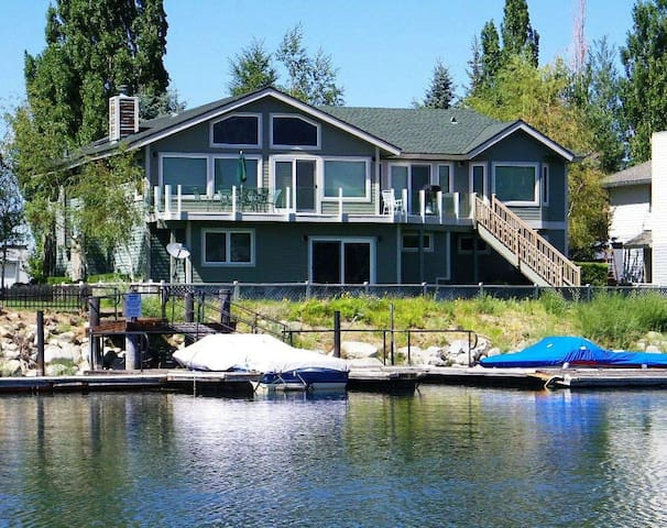 Remarkable Expansive Tahoe Keys Home with Dock - South Lake Tahoe - Huis