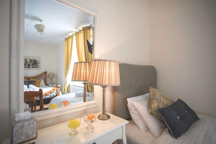 Bedroom SEA VIEWS in Lahinch, Coach House B&B