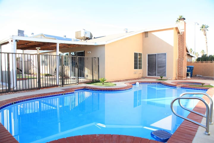 4-Bdrm 5-Bed POOL 3-Mile To Strip Up to 10-guest!