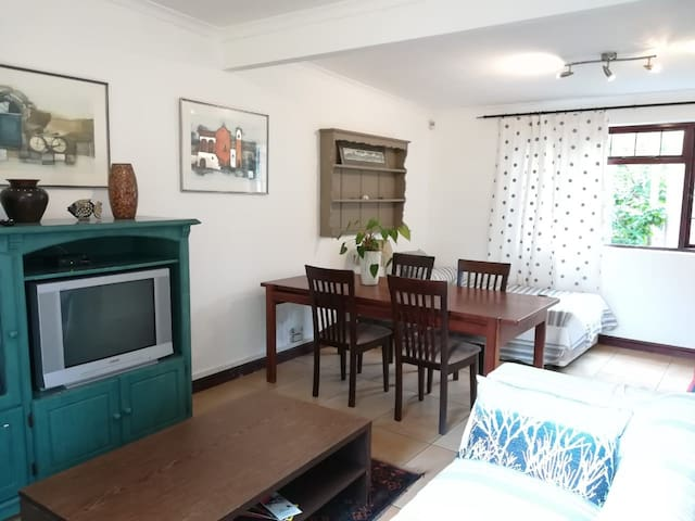Holiday Garden Cottage near beach and Shops !