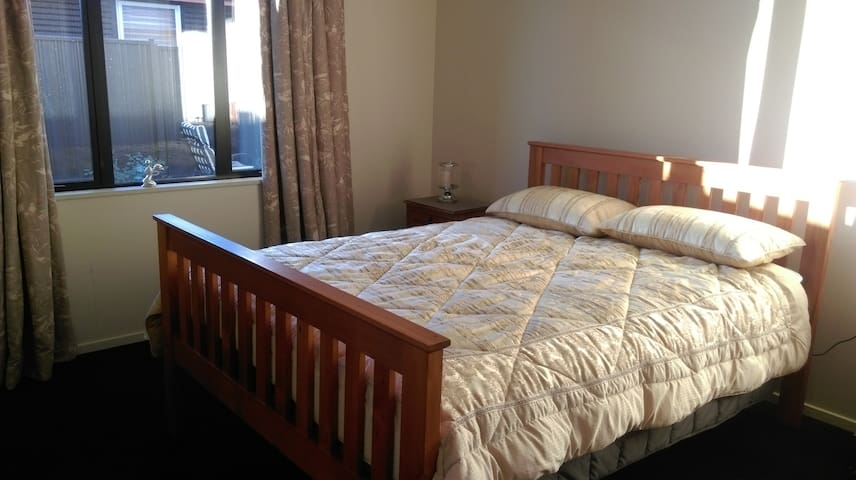 Double room in clean, modern home. Free WI-FI