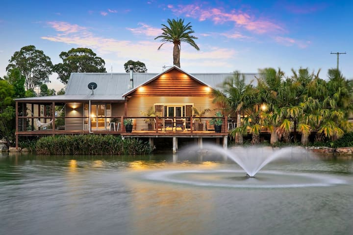 ***** Lilies Luxury Lakeside on Lovedale