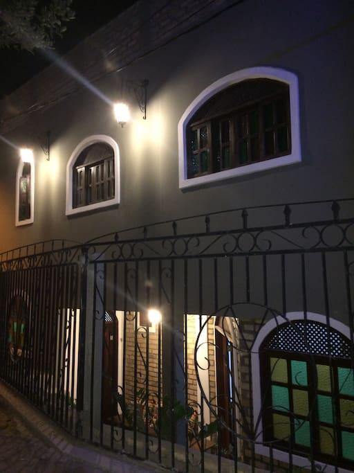 Foto noturna da Fachada. Estilo colonial do prédio dá um charme a mais ao Flor de CaJú