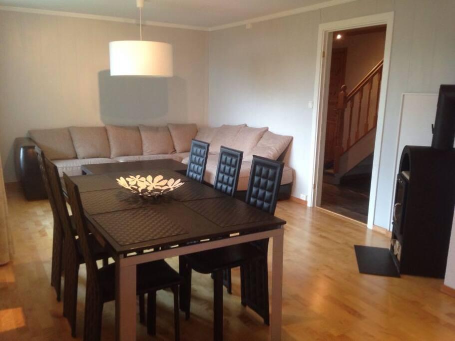 Stue 1 med spisebord og sofa