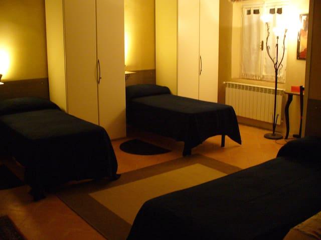 Camera confortevole con servizi- aria condizionata - Lomello - House
