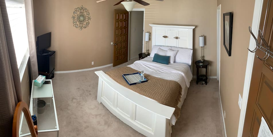 Quiet Private Bed and Bath close to Airport.
