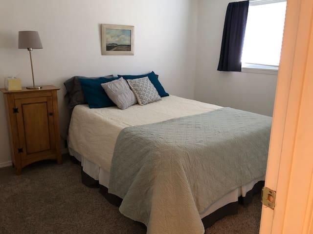 Cozy & Clean Pvt room w/ queen bed & desk WiFi