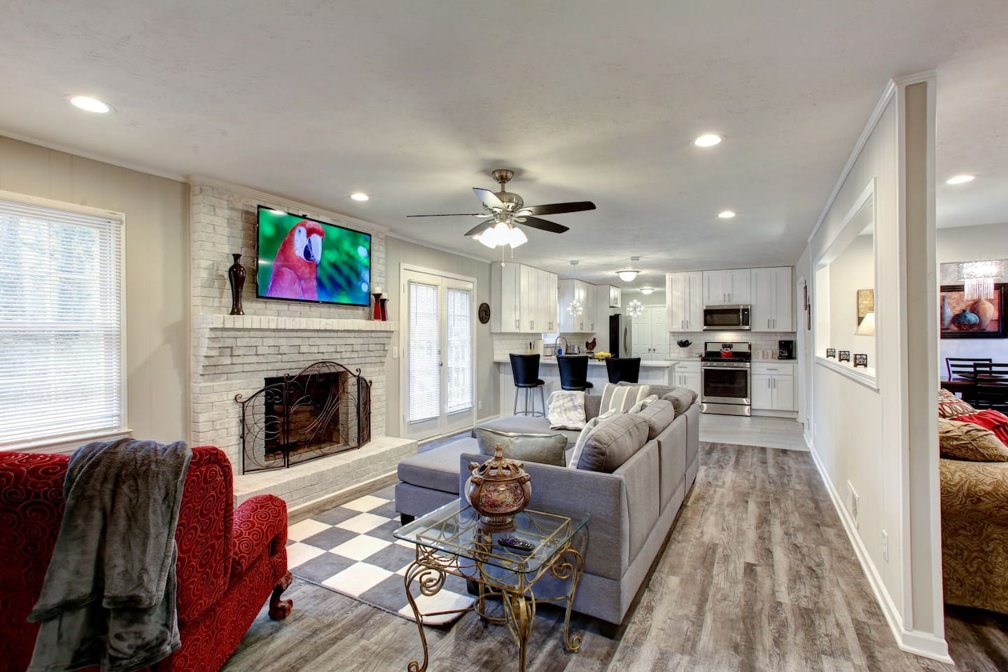 True ranch home with latest technology. Smart lock, 4k television, fiber optic wifi. Unlimited data.