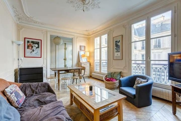 Private room in a charming 85m2 Haussmanian flat - París - Apartamento