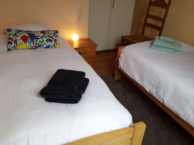Kamer op eerste verdieping met 2 eenpersoonsbedden