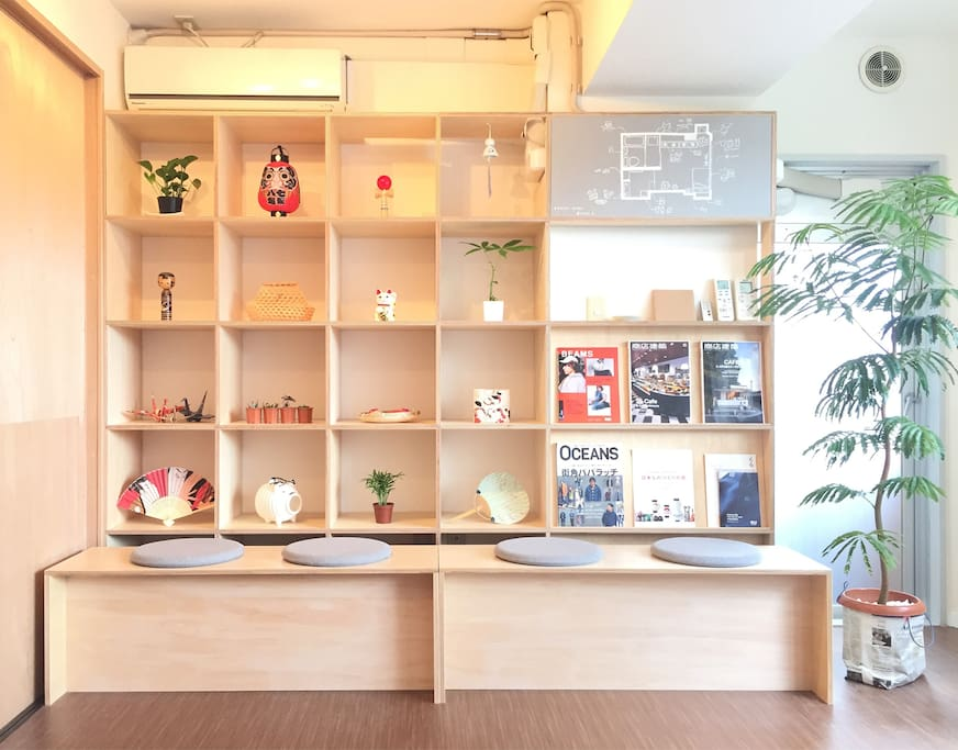 We built this custom shelves to present to you some of traditional Japanese artworks