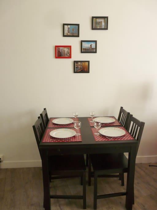 La salle à manger (table à rallonges)