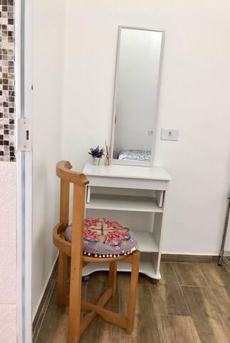 Esta pequena mesa poderá ser utilizada como penteadeira,mesa para trabalho ou bandeja para cama.