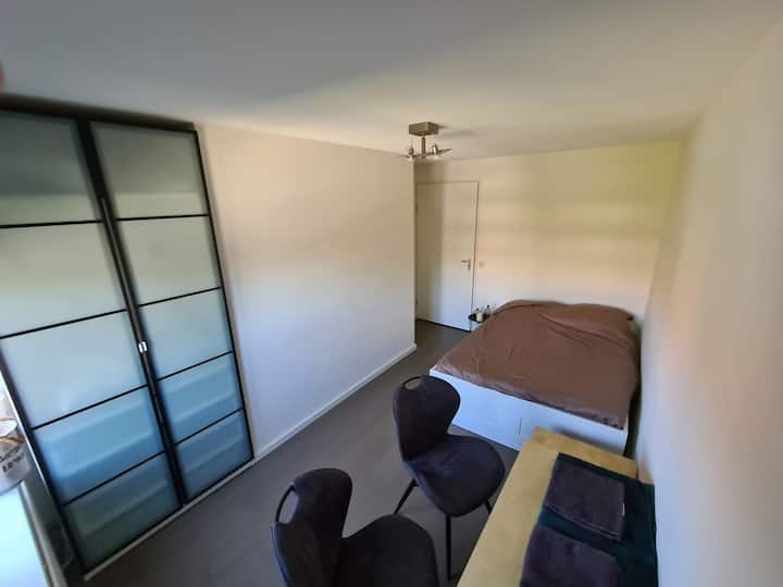 Bedroom in centre of Hoofddorp close >Airport AMS