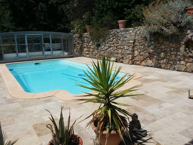 Villa provençale avec piscine couverte en colline