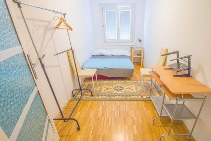 Neat room near subway (quick in city center)