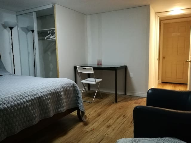 Room3 near Sheppard, Close to 24 Hour Bus and Mall
