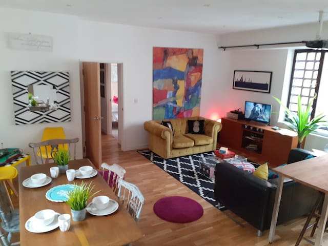 Stunning two bed  open plan city center flat BS1