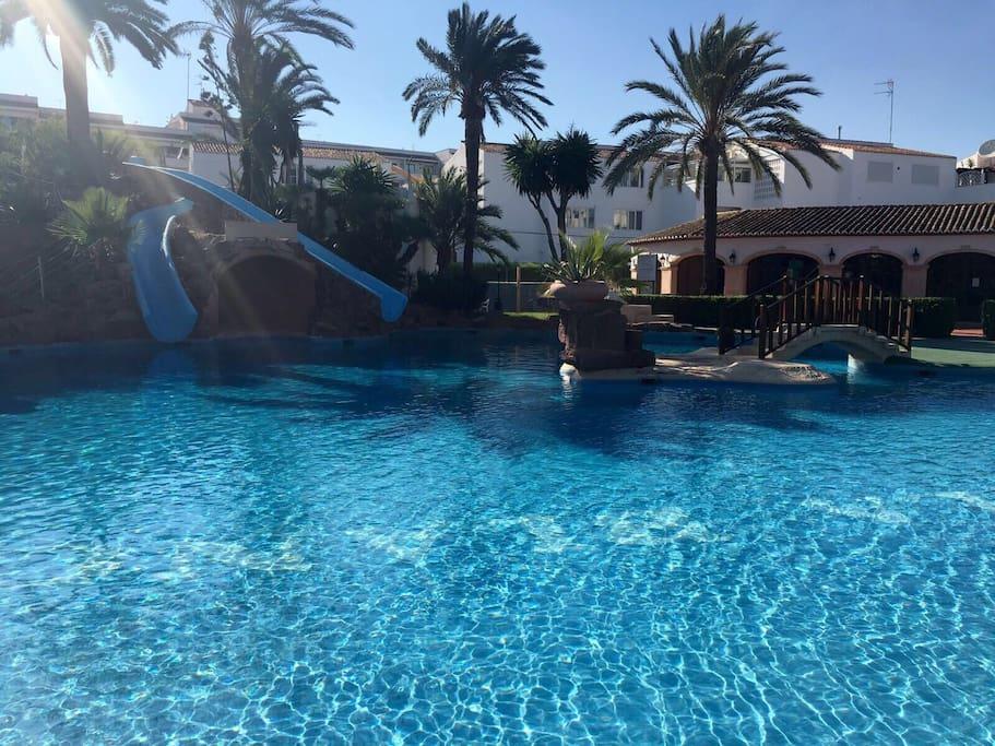 Bungalow entero con jard n privado y piscina bungalows for Camping con piscina climatizada en comunidad valenciana