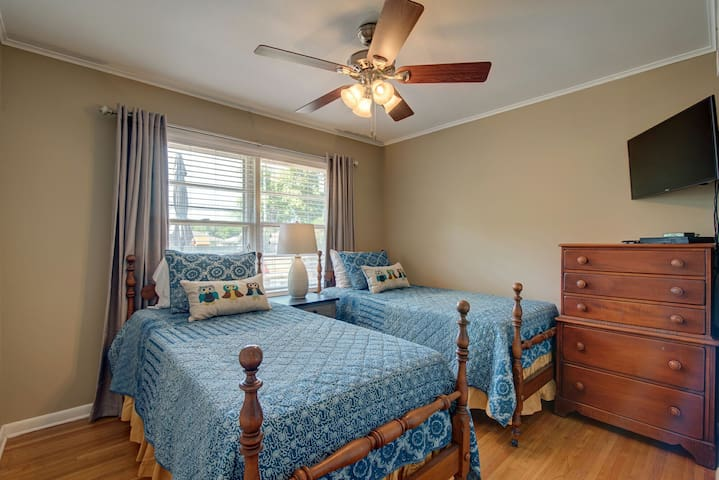 Third bedroom has 2 twin beds dresser, blinds, curtains and ceiling fan.  Night stand and lamp table is provided for reading.  Closet has hanger and luggagd rack. We aleo provide  Samsung smart tv with cable, Netflix, Hulu Plus.  Also provided is Samsung blue ray dvd player.